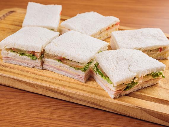 Sándwiches de miga triples de jamón, queso, tomate y lechuga