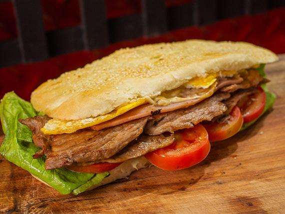 Sándwich de lomo o bondiola con jamón, queso, lechuga, tomate y huevo
