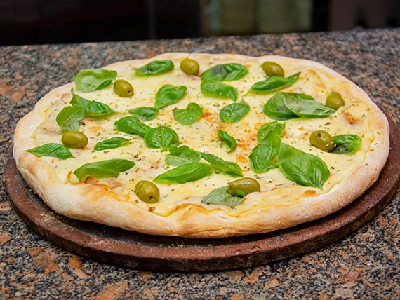 Pizza con muzzarella y albahaca