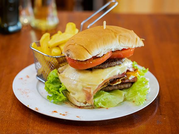 Hacé tu pedido celeste con 30% OFF - Hamburguesa triple carne + papas fritas