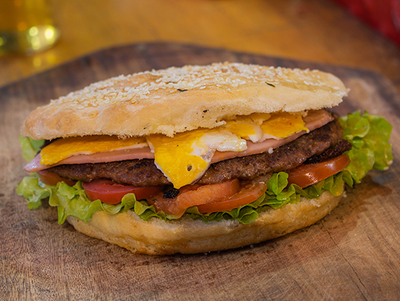 Hamburguesa gigante con jamón, queso, lechga, tomate y huevo
