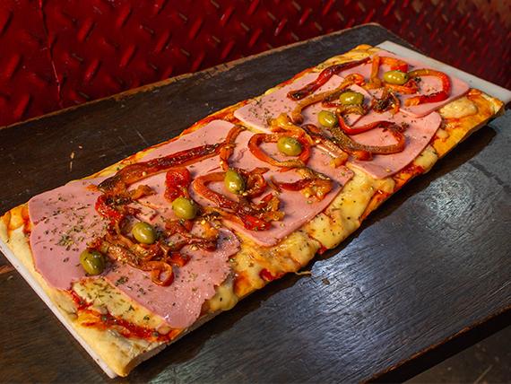 Pizza a la parrilla de jamón y morrón
