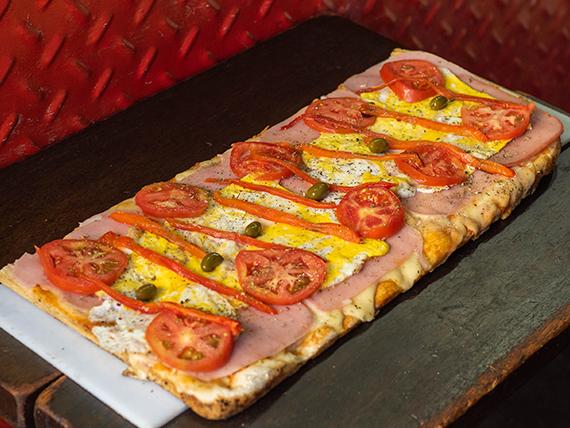 Pizza a la parrilla muzzarella, jamón, huevo, parmesano, tomate, aceitunas y morrones a la parrilla