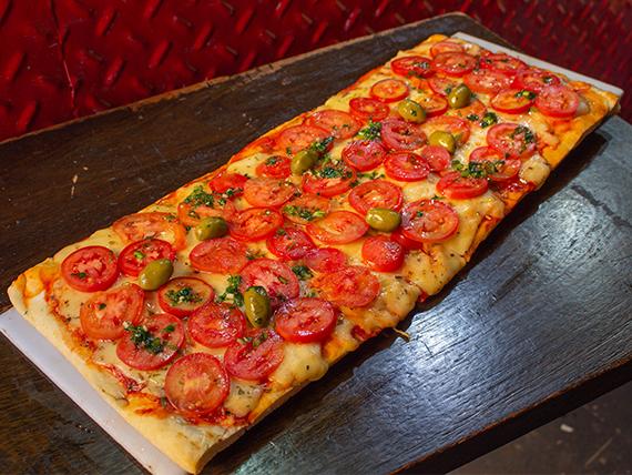 Pizza a la parrilla napolitana con jamón