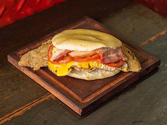 Sándwich panceta, tomate y huevo