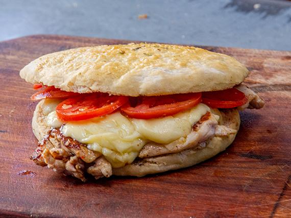 Sándwich de pollo 1/4 con queso y tomate