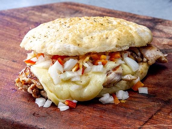 Sándwich de pollo 1/4 criolla y queso