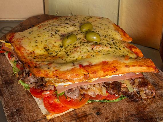Promo - Pizza rellena al disco con churrasquitos a la criolla, jamón, queso, lechuga, tomate y huevo (comen 3 personas)