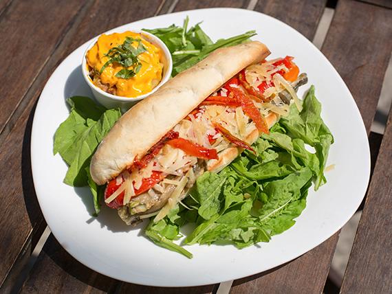 Sándwich de vegetales asados + papas al horno en cubitos con salsa cheddar y verdeo