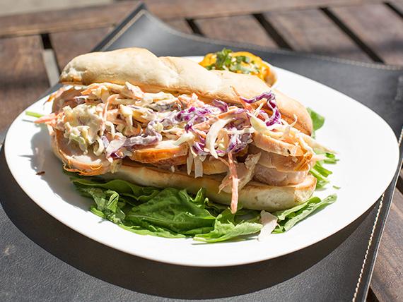 Sándwich de pollo y coleslaw + papas al horno en cubitos con salsa cheddar y verdeo
