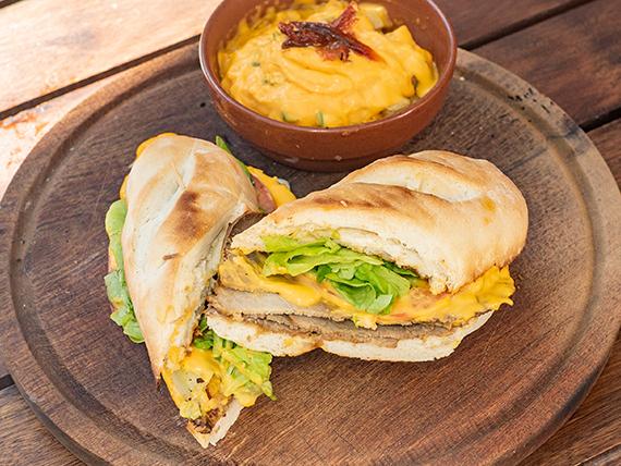 Sándwich de peceto completo + papas al horno en cubitos con salsa cheddar y verdeo