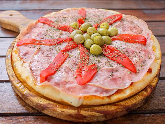 Pizza de jamón y morrones