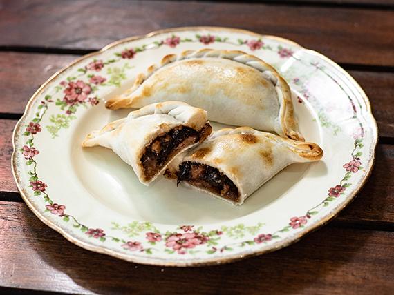 Empanada de panceta con ciruelas