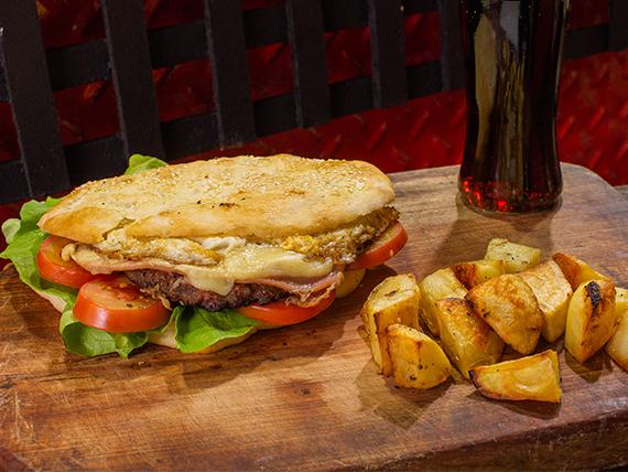 Combo - Sándwich de hamburguesa súper + papas al horno + gaseosa 500 ml