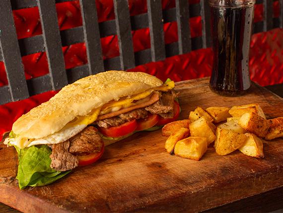 Combo - Sándwich de lomito de ternera + papas al horno + gaseosa 500 ml