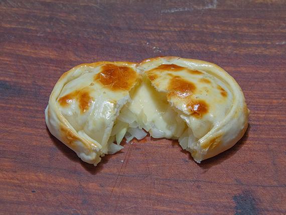 Empanada al disco de cebolla y queso