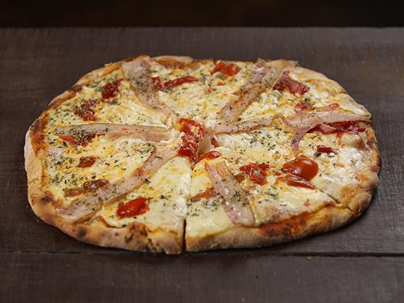Pizzeta con panceta, huevo, morrón y muzzarella