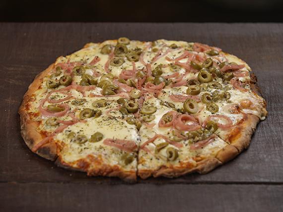 Pizzeta con jamón, aceitunas y muzzarella