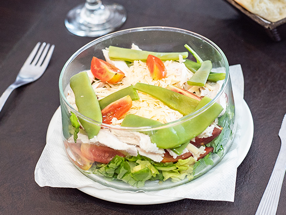 Ensalada de hojas verdes con cherry y parmesano