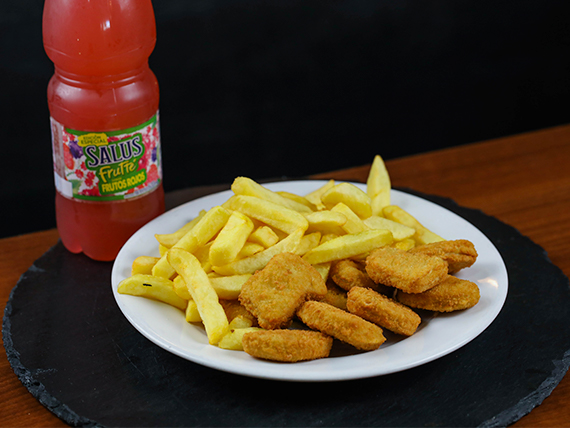 Menú infantil - Nuggets de pollo + papas fritas + agua saborizada Salus o vaso de refresco