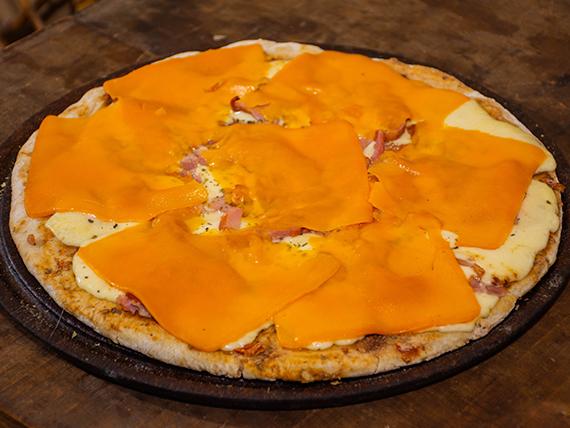 35 - Pizza muzzarella con panceta y cheddar