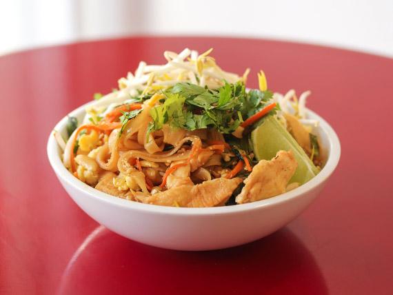 Phad thai de pollo