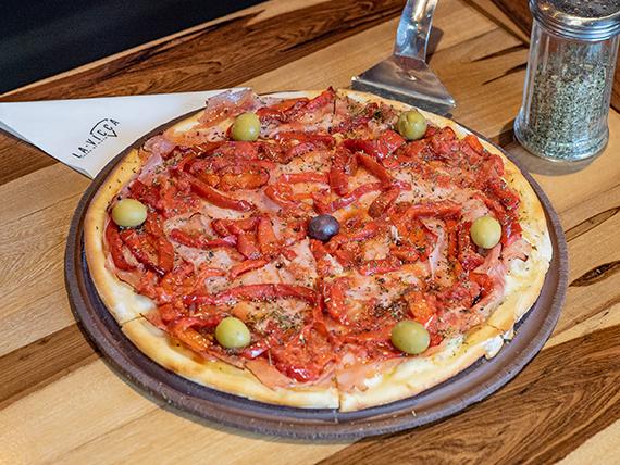 Pizza con jamón cocido natural y morrones