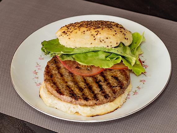 Sándwich de hamburguesa con lechuga y tomate
