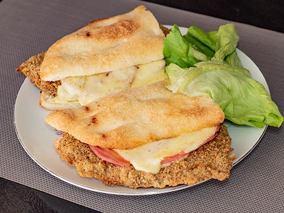 Sándwich de milanesa, jamón y queso