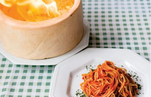 Spaguetti flambado na forma parmesão com molho matriciana