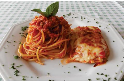 Spaghetti ao ragú de carne bovina com filé à parmegiana