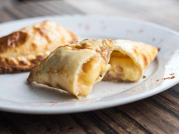 15 - Empanada de jamón y queso