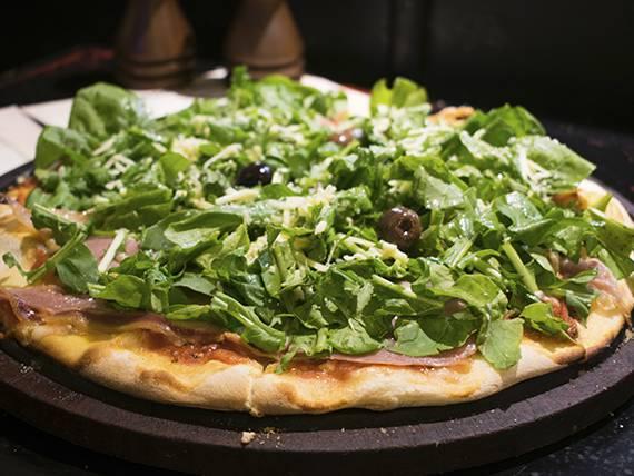 Pizza con rúcula y jamón