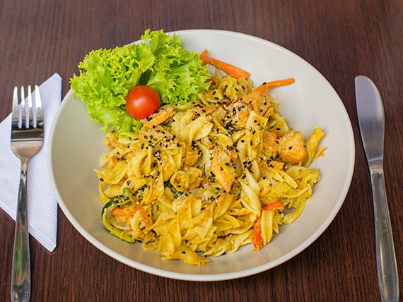 Pasta de arroz con salmón