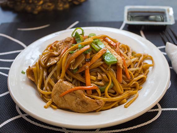 Chaw-mien con pollo