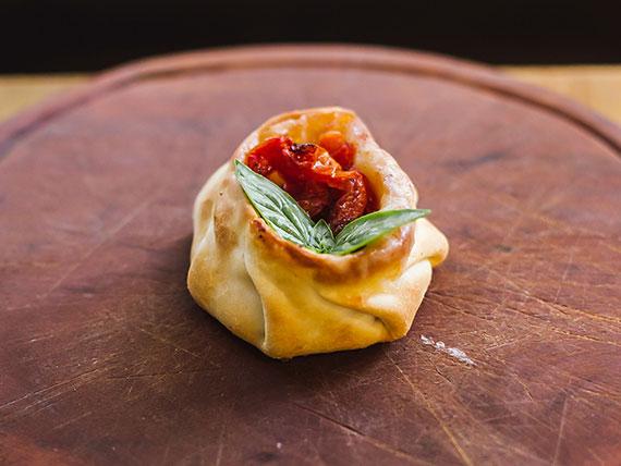 Canastita caprese con tomates confitados