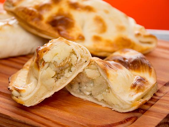 Empanada de queso roquefort, apio y nueces