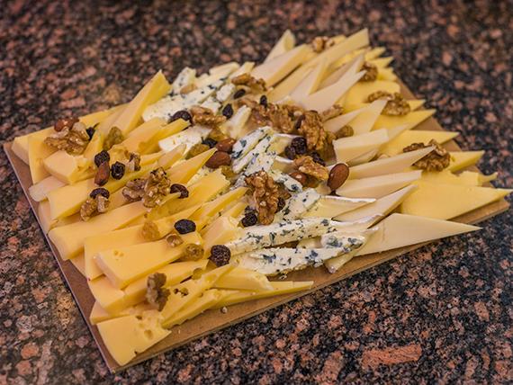 Tabla de quesos (6 variedades) + frutos secos (comen 2 pican 4)