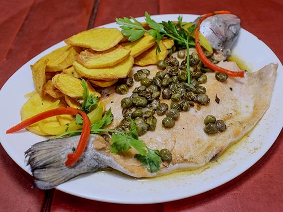 Trucha a la manteca negra con chips de batata