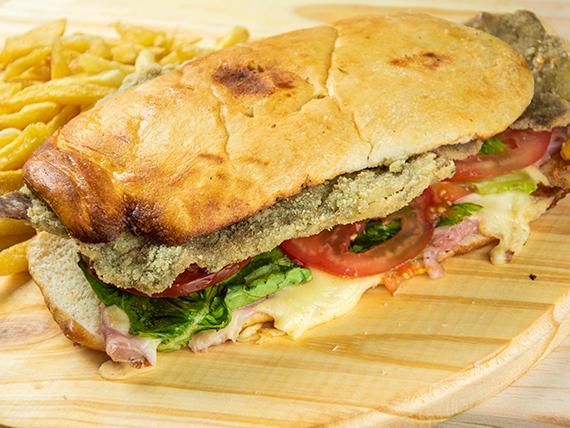 8 - Sándwich de milanesa completo en pan de pizza con papas fritas