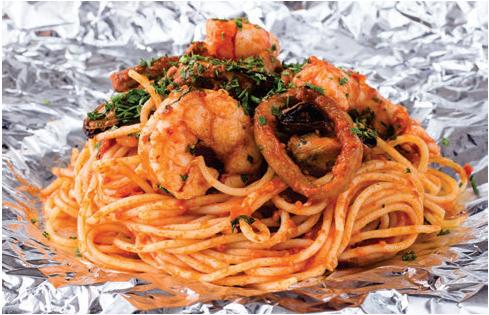 Spaghetti com frutos do mar envolto em papel alumínio ao forno