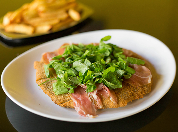 Milanesa con jamón crudo y rúcula