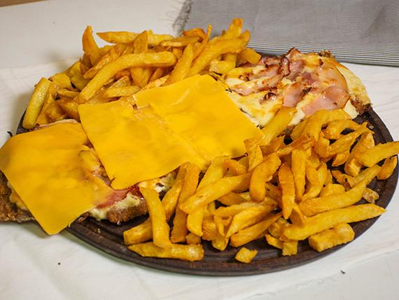Milanesa premium gigante napolitana con panceta, queso cheddar y papas fritas