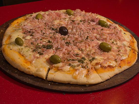 Pizza con muzzarella y jamón grande