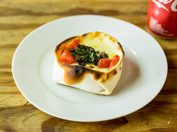 Canastita de tomate, albahaca y muzzarella