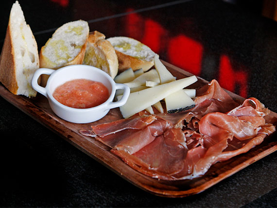 Tabla de Jamon Serrano y Queso Iberico