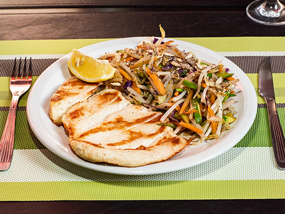 Paillard de pollo con chop suey de vegetales