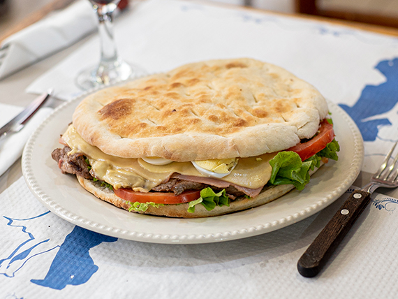 Sandwich caliente de lomito completo