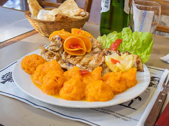 Pollo grillé con salsa blanca