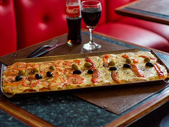 Pizza napolitana con rodajas de tomate